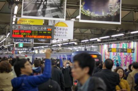 夜の渋谷駅は大賑わい